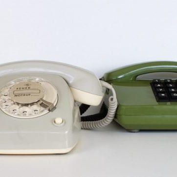 Billede af to gamle telefoner